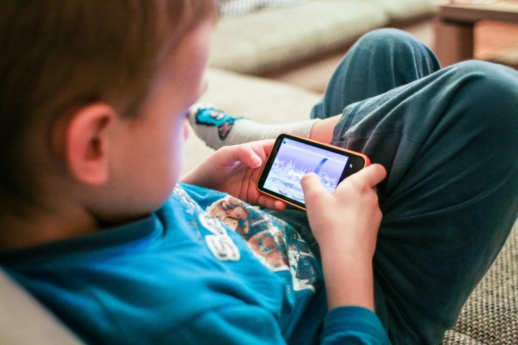 Por que crianças não devem ter smartphones e tablets antes dos 12 anos?